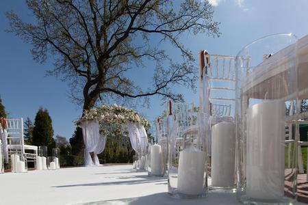 結婚式: 庭での結婚式のアーチ