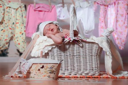 Newborn baby sleeping in a basket after washing Stockfoto