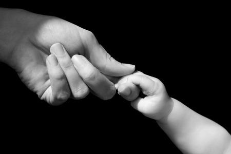mamma e figlio: Mani della madre e del bambino del primo piano