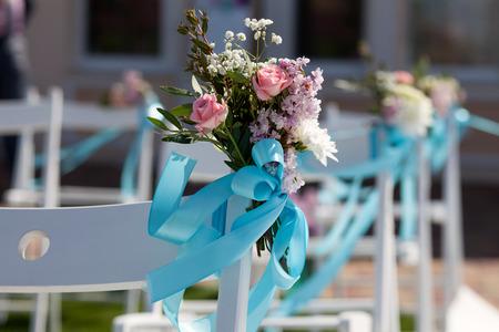 silla: Sillas ceremonia de bodas y un ramo de rosas