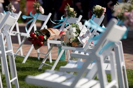 結婚式: 結婚式の椅子とバラの花束 写真素材