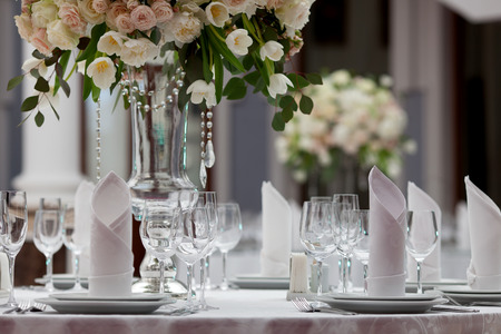 wedding table decor: Table setting at a luxury wedding reception Stock Photo
