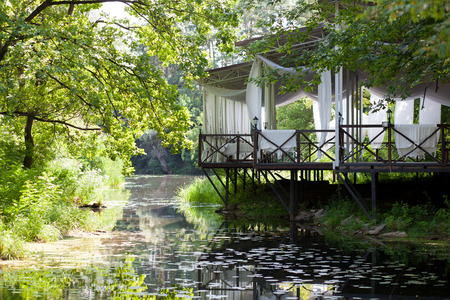 lirio blanco: Pabellón en el lago con lirios