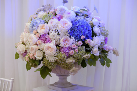 flowers in vase: Flowers in a vase for the wedding ceremony. Beautiful decoration