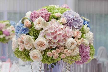 婚禮: 鮮花插在花瓶裡的婚禮儀式。美麗的裝飾 版權商用圖片