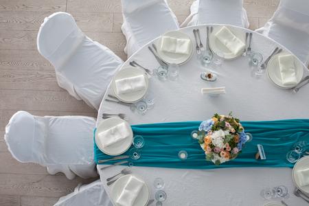 recepcion: Mesa Elegancia creó para la boda en la vista superior de color turquesa Foto de archivo