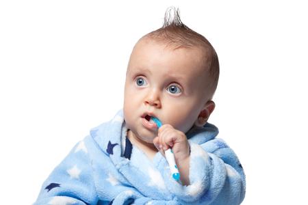 dientes: cepillarse los dientes del niño, aislado en el fondo blanco Foto de archivo