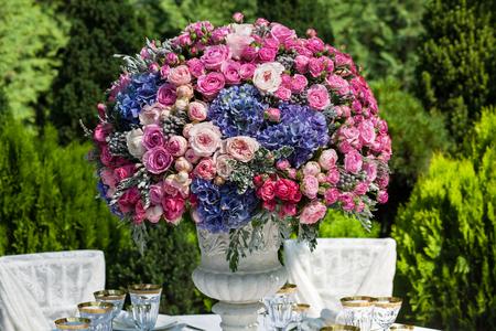 ramo de flores: Configuraci�n de la tabla en una recepci�n de boda de lujo