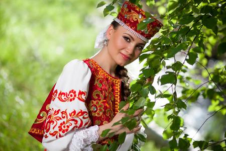 Mooie Russische vrouw in de nationale kleren