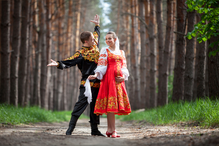 tänzerin: Mann und Frau in der russischen nationalen Kleidung