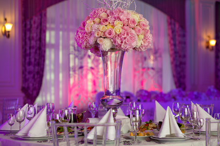 豪華な結婚披露宴でテーブルセッティング。テーブルの上の美しい花。