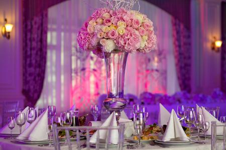婚禮: 表設置在一個豪華的婚禮。美麗的鮮花放在桌子上。 版權商用圖片