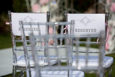 """결혼식: 단어와 결혼식을위한 의자 """"예약"""""""
