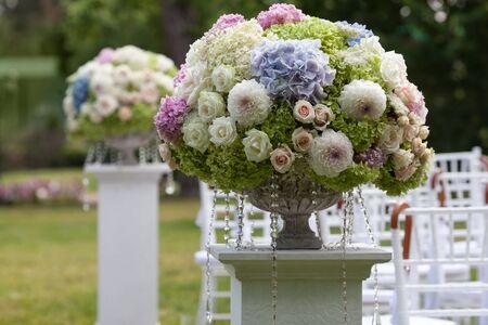 arreglo floral: Hermosa boda para este compromiso. Flores en un florero para la ceremonia de la boda