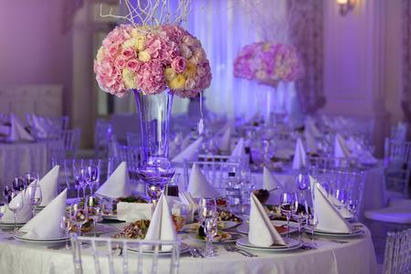 réglage de tableau lors d'une réception de mariage de luxe. De belles fleurs sur la table.