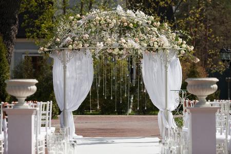 결혼식을위한 꽃의 아름 다운 아치