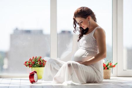 Feliz joven embarazada esperando un niño