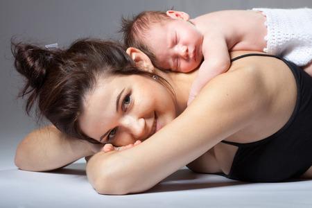 niño durmiendo: Retrato de una madre con su bebé recién nacido Foto de archivo