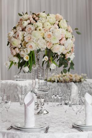 arreglo floral: Configuración del vector en una boda de lujo. Bellas flores sobre la mesa.