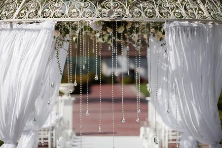 결혼식: 결혼식을위한 꽃의 아름 다운 아치