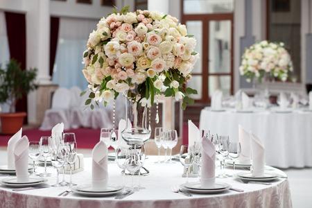 Ustawienie tabeli w recepcji ślubu luksus. Piękne kwiaty na stole.