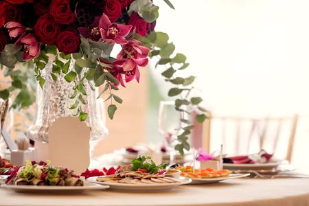 Ajuste de la tabla en una recepción nupcial de lujo. Hermosas flores