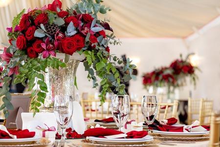 Tabel op een luxe bruiloft receptie. Mooie bloemen op de tafel.