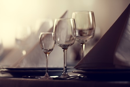 Wine glasses on table with other eating utensil Standard-Bild