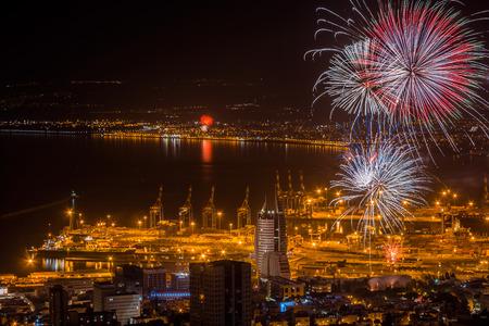 Fuegos artificiales sobre la ciudad de Haifa, Israel, la celebración de Día de la Independencia de Israel. Foto de archivo