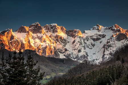 Sunrise over Peaks of Europe ridge with wooden fence, Cantabria,Spain. Standard-Bild