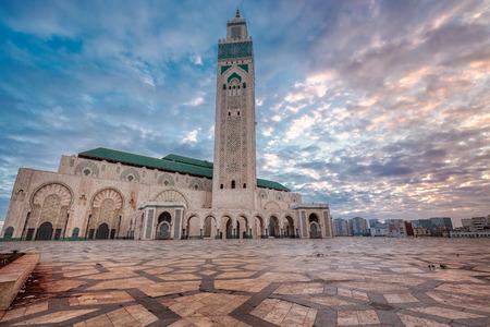 La mezquita más grande de la mezquita de Hassan II en Marruecos. Disparo al amanecer en Casablanca. Foto de archivo - 77746455