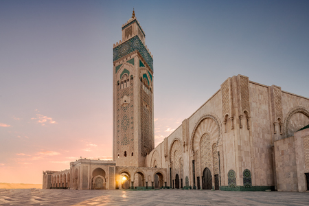 Ray of light at Hassan II Mosque, largest mosque in Morocco. Shot after sunset at blue hour in Casablanca. Standard-Bild