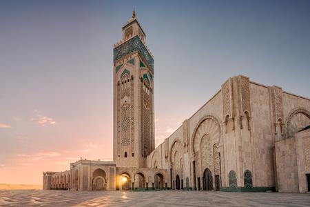 Rayo de luz en la mezquita de Hassan II, la mezquita más grande de Marruecos. Disparo después del atardecer a la hora azul en Casablanca. Foto de archivo - 77311115