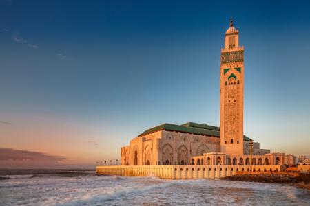 La mezquita Hassan II es la mezquita más grande de Marruecos. Disparo después del atardecer a la hora azul en Casablanca. Foto de archivo - 77232412