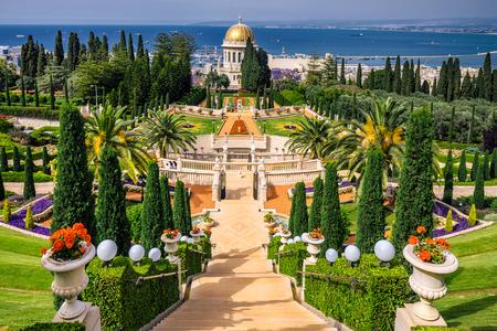 Bahai tuinen en de tempel op de hellingen van de Carmel Berg en uitzicht op de Middellandse Zee en de baai van de stad Haifa, Israël