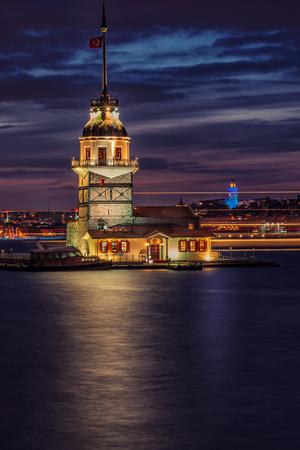 La Torre de las Doncellas, tomada en la puesta del sol, desde el período medieval bizantino, es una torre situada en un pequeño islote situado en la entrada sur del estrecho del Bósforo a 200 m de la costa de Uskudar en Estambul, Turquía. Foto de archivo - 77294248