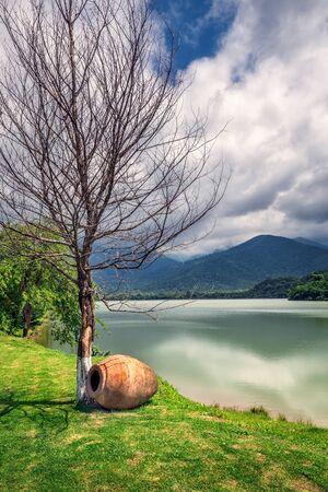 La forêt vierge entourant la station, le lac à l'avant où les petites rivières de Bursa et Chagurgula s'écoulent, la vaste vallée d'Alazani dans l'arrière-cour et de belles vues panoramiques. Banque d'images - 82485440