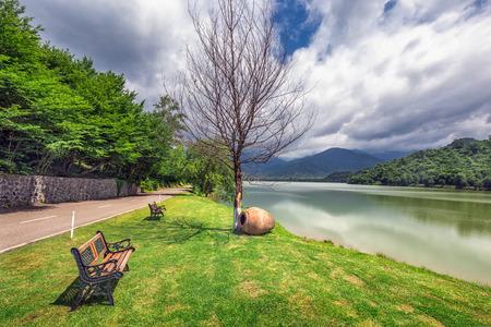 La forêt vierge entourant la station, le lac à l'avant où les petites rivières de Bursa et Chagurgula s'écoulent, la vaste vallée d'Alazani dans l'arrière-cour et de belles vues panoramiques. Banque d'images - 82485441