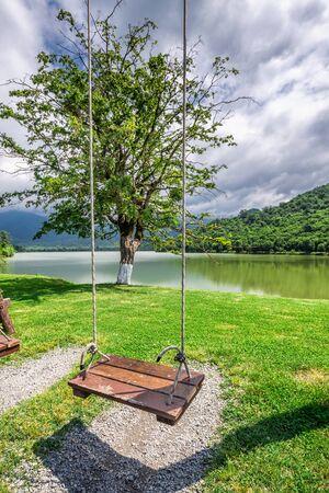 La forêt vierge entourant la station, le lac à l'avant où les petites rivières de Bursa et Chagurgula s'écoulent, la vaste vallée d'Alazani dans l'arrière-cour et de belles vues panoramiques. Banque d'images - 82485456