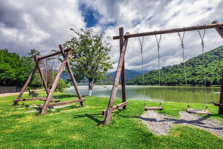 La forêt vierge entourant la station, le lac à l'avant où les petites rivières de Bursa et Chagurgula s'écoulent, la vaste vallée d'Alazani dans l'arrière-cour et de belles vues panoramiques. Banque d'images - 82485481