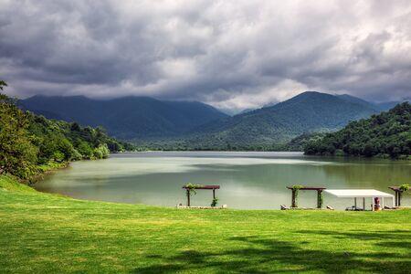 La forêt vierge entourant la station, le lac à l'avant où les petites rivières de Bursa et Chagurgula s'écoulent, la vaste vallée d'Alazani dans l'arrière-cour et de belles vues panoramiques. Banque d'images - 82485485