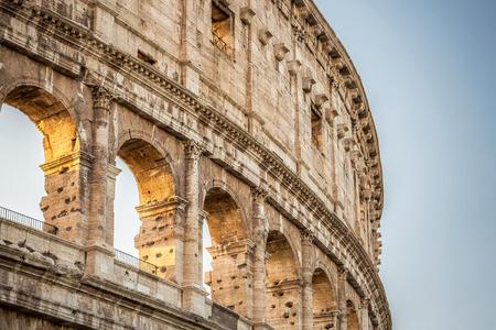 Colisée au coucher du soleil, Rome. Rome architecture la plus connue et point de repère. Le Colisée de Rome est l'une des principales attractions de Rome et de l'Italie Banque d'images