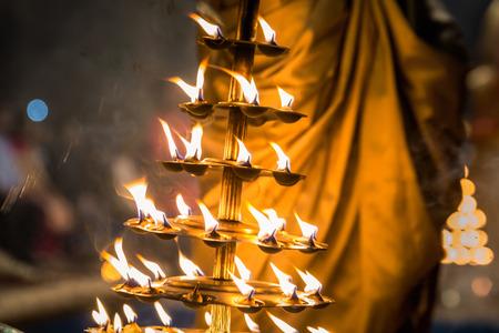 Velas utilizadas en la ejecución del fuego religioso Ganga Aarti fuego puja en Dashashwamedh Ghat en Varanasi, Uttar Pradesh, India. Foto de archivo - 83667663