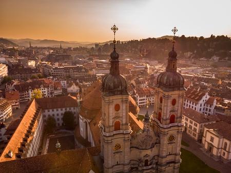 Hermosa vista aérea del horizonte del paisaje urbano de St. Gallen, Catedral de la abadía de Saint Gall en Suiza