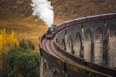 The Glenfinnan Viaduct is a railway viaduct on the West Highland Line in Glenfinnan, Inverness-shire, Scotland. Standard-Bild - 113998697