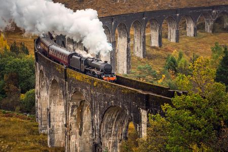 El viaducto de Glenfinnan es un viaducto ferroviario de la línea West Highland Line en Glenfinnan, Inverness-shire, Escocia.