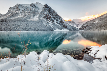 Lake Louise with mountains reflection at Banff National Park, Canada. Imagens