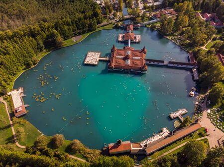 Luftaufnahme des berühmten Sees Heviz in Ungarn und des größten Thermalsees der Welt, der zum Baden zur Verfügung steht. Reisehintergrund im Freien.