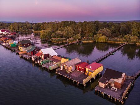 Schwimmendes Dorf Bokodi in Ungarn bei Sonnenuntergang. Diese Häuser gehören lokalen Fischern. Standard-Bild