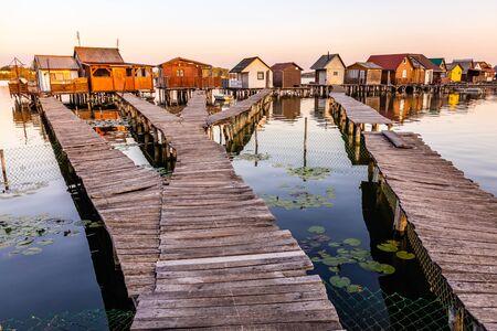 Schwimmendes Dorf Bokodi in Ungarn bei Sonnenaufgang. Diese Häuser gehören lokalen Fischern. Standard-Bild